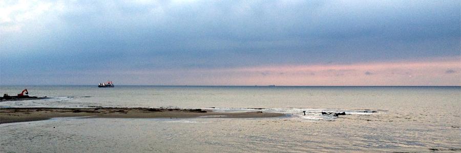 Eind juli 2014 verdwijnt het wrak van HMS Prince George onder het nieuwe zand / foto Hugo van Bercum